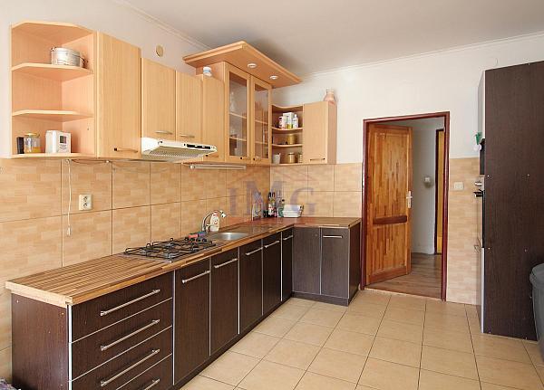 Predám priestranný byt vo Vyhniach s chatou a garážou